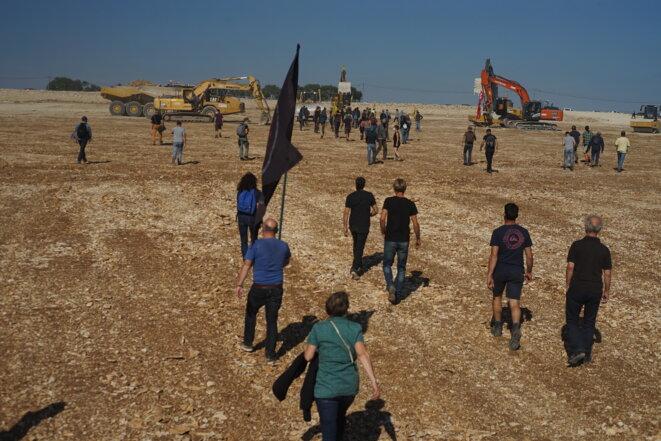Les pelleteuses font demi-tour sur le chantier à l'arrivée des manifestants © Amélie Poinssot / Mediapart