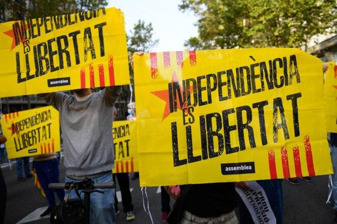 Des manifestants pro-Puigdemont devant le consulat italien à Barcelone. © Adria Puig / Anadolu Agency via AFP.