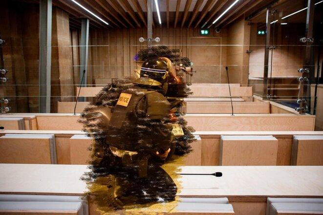 Policier près du Bataclan lors de l'attaque du 13 novembre 2015 et la salle d'audience du procès. © Photomontage Sébastien Calvet / Mediapart avec Dominique Faget / AFP