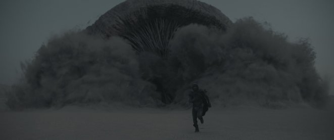 Sur Arrakis, un ver des sables (ou Shai-Hulud) en action (2021, réal. D. Villeneuve