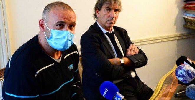 Christophe Ellul (à gauche), le compagnon d'Elisa Pilarski, accompagné de son avocat, Alexandre Novion, en novembre 2020. Photo archives AFP