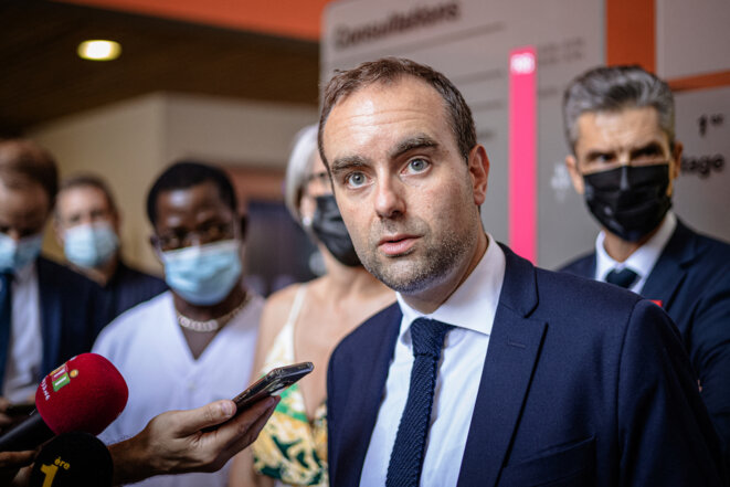 Sébastien Lecornu, ministre des outre-mer, en visite au Centre hospitalier de Cayenne, samedi 25 septembre 2021. © Jody Amiet / AFP