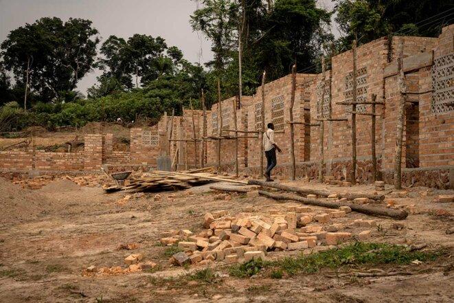 Une école en cours de construction dans le village de Yalifombo (RDC). Les travaux ont débuté après la faillite de Feronia en 2020, le 16 juillet 2021. © Photo Anthony Fouchard / Disclose