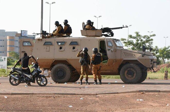 """Un véhicule militaire blindé """"Bastion"""" fabriqué par la société française Arquus près de la caserne militaire de la garde présidentielle d'élite à Ouagadougou, au Burkina Faso, le 30 septembre 2015. © Photo Sia Kambou / AFP"""