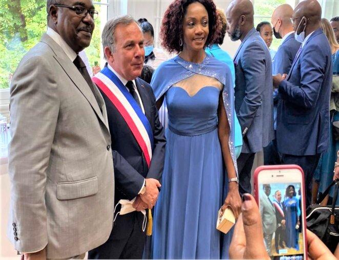 DBNEWS. Les parents du marié : à gauche, Jean Lié Massala – au centre, Francis Szpiner, avocat et Maire du 16e arrondissement – à droite, S.E.M Liliane Massala, Ambassadeur du Gabon en France