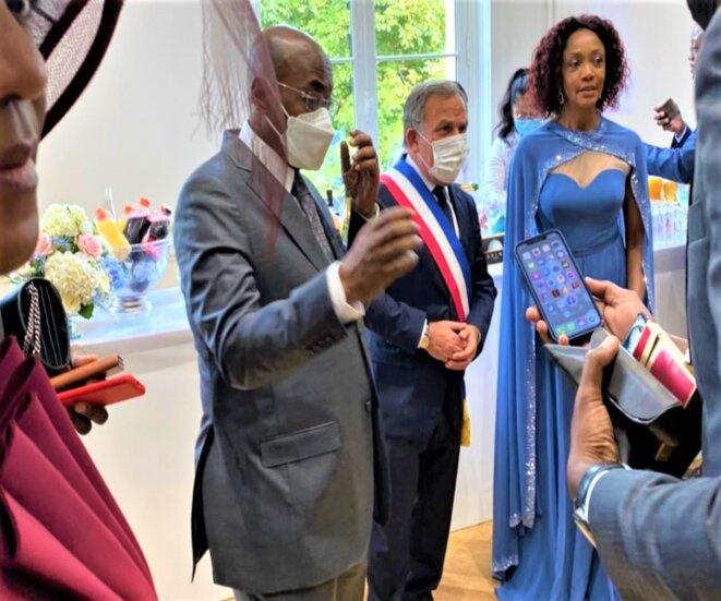 DBNEWS-Tout à gauche, on aperçoit une partie du visage de Mme Pacôme Moubelet Boubeya, ministre gabonais des Affaires étrangères et à quelques mètres lui-même – au centre, Francis Szpiner, avocat et Maire du 16e arrondissement – à droite, S.E.M Liliane Massala, Ambassadeur du Gabon en France