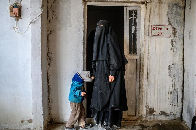 Une Française ayant fui l'État islamique, détenue dans le camp d'Al-Hol dans le nord-est de la Syrie, le 17 février 2019. © Photo Bulent Kilic / AFP