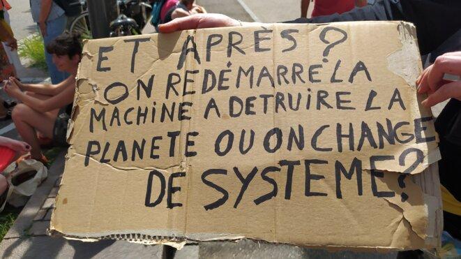Changer le système, une idée souvent évoqué dans les luttes environnementales comme ici, sur celle contre le GCO, en juin 2021, devant le Tribunal administratif de Strasbourg © Bruno Dalpra