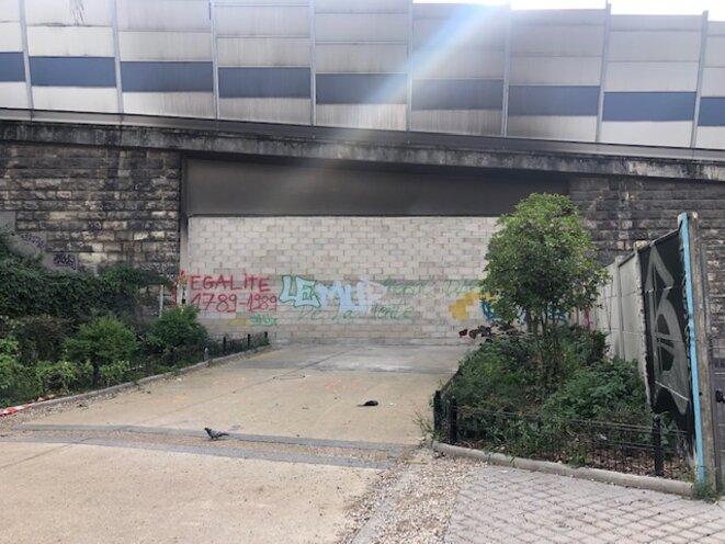 Le mur érigé par la préfecture entre le square de la porte de la Villette et Pantin. © Photo JL / Mediapart