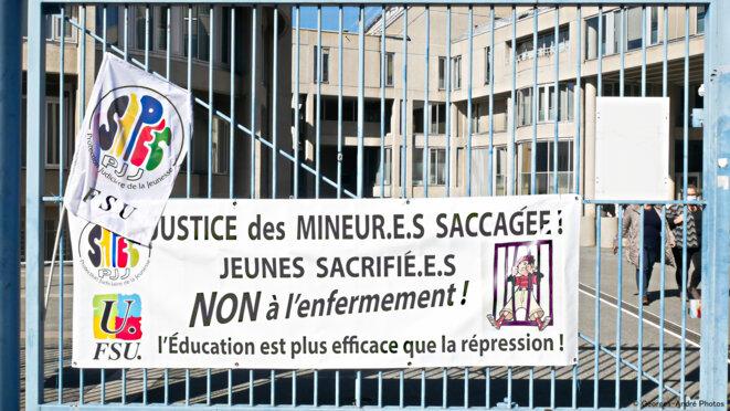La grille symbole de l'enfermement malgré le refus affichée sur cette grille fermée © Georges-André Photos