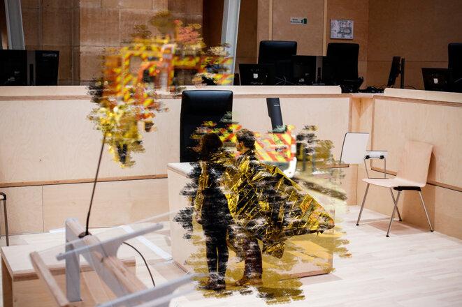 Des victimes de l'attentat du Bataclan prises en charge par les secours, le 13 novembre 2015 et la salle du procès. © Photomontage Sébastien Calvet /Mediapart avec Photo Miguel Medina / AFP