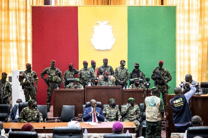 Le colonel Mamady Doumbouya et les forces spéciales guinéennes lors d'une réunion avec les chefs religieux au Palais du Peuple à Conakry le 14 septembre 2021. © Photo John Wessels / AFP