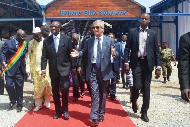 Vincent Bolloré avec le président guinéen, Alpha Condé, lors de l'inauguration du service de transport ferroviaire Blueline. © Photo Cellou Diallo / AFP