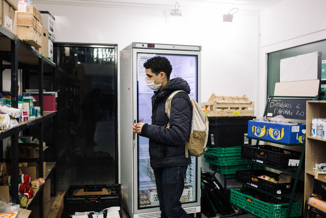 Rokneddine, étudiant, se rend à l'Agoraé, une épicerie solidaire qui procède à des distributions alimentaires, le 25 janvier 2021 à Paris. © Philippe Labrosse / Hans Lucas / Hans Lucas via AFP