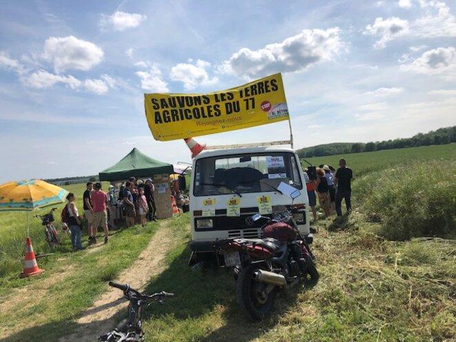 Rassemblement pour la protection de terres agricoles menacées par une ZAC, les Chapelles-Bourbon (Seine-et-Marne), le 12 juin 2021. (JL)