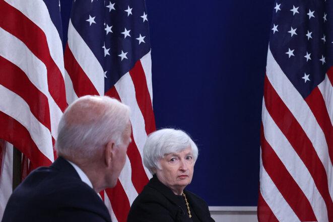 Le président américain Joe Biden (de dos) et la secrétaire au Trésor Janet Yellen, le 6 octobre. © CHIP SOMODEVILLA / Getty Images via AFP