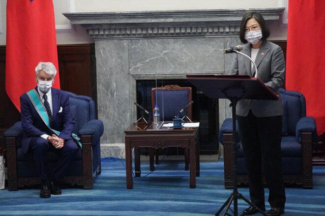 Les sénateurs français menés par Alain Richard ont été reçus par la présidente Taïwanaise Tsai Ing-wen, le 7 octobre 2021. © Photo CNA / Pool / AFP