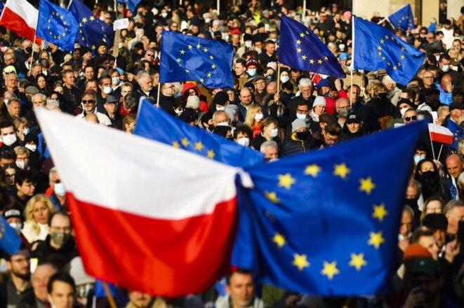 Manifestation des pro-européens le 10 octobre 2021, à Varsovie. © Beata Zawrzel / NurPhoto via AFP