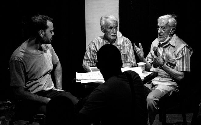 Les témoins sont inteviewés sur scène et répondent aux questions du public apès la représentation © MORGAN BOURDEAU / Urban Prod