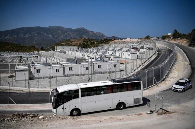 Un bus de migrants arrive dans le camp de Samos, le 20 septembre. © Photo Louisa Gouliamaki / AFP