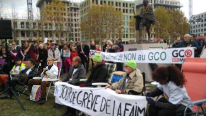 Novembre 2018 – Pierre a fait parti des grévistes de la faim pour réclamer un moratoire sur le GCO, ici au 14e jour de la grève, devant la statue de Gandhi, place de l'Etoile à Strasbourg. © GCO NON MERCI
