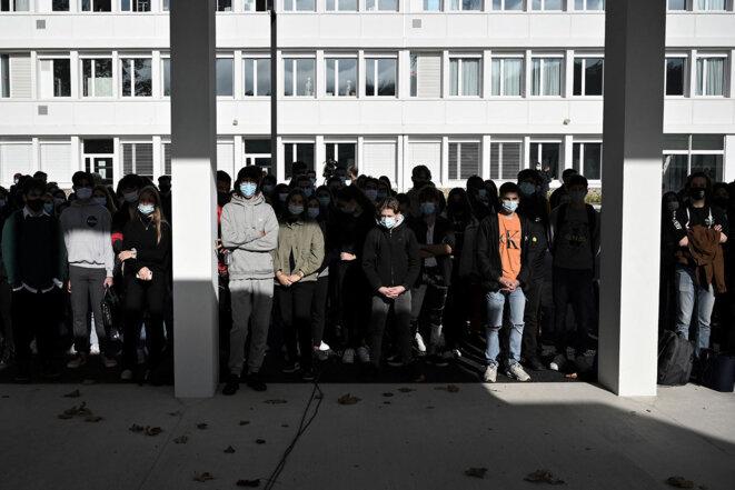 Des Elèves et enseignants se rassemblent au lycée Aragon de Muret, le 2 novembre 2020, en hommage à Samuel Paty. © Photo Lionel Bonaventure / AFP