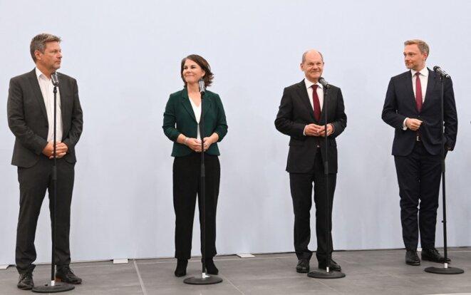 Robert Habeck, Annalena Baerbock (Verts), Olaf Scholz (SPD) et Christian Lindner (FDP) à Berlin, le 15 octobre. © Photo Christof Stache / AFP