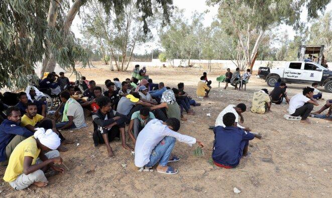 Des migrants dans un centre de détention de Tripoli, en Libye, le 11 octobre 2021. © Hazem Turkia / Anadolu Agency via AFP