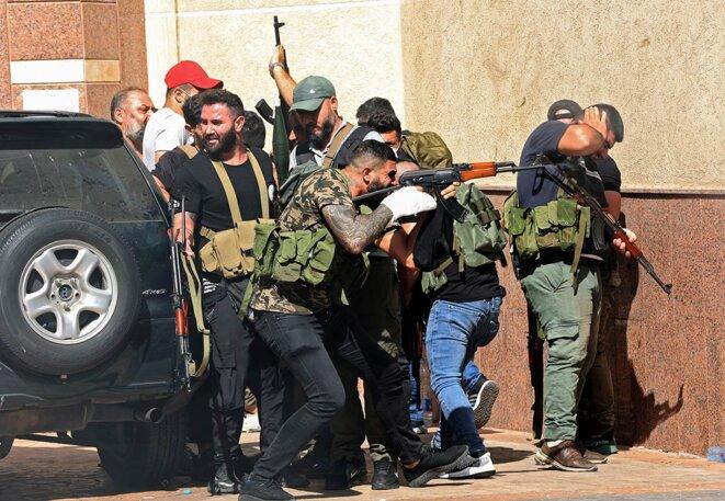 Des combattants des milices chiites Hezbollah et Amal lors d'affrontements avec les milices chrétiennes, à Beyrouth, le 14 octobre 2021. © Photo Anwar Amro / AFP