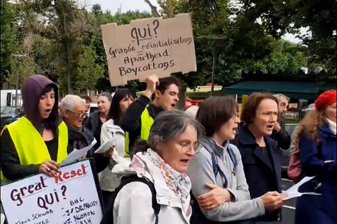 """En août 2021, au Puy en Velay. Le slogan antisémite """"Qui?"""" est apparu en juin dans les manifestations contre le pass sanitaire pour désigner les juifs comme responsables de la pandémie et de la politique vaccinale. © Photo DR"""