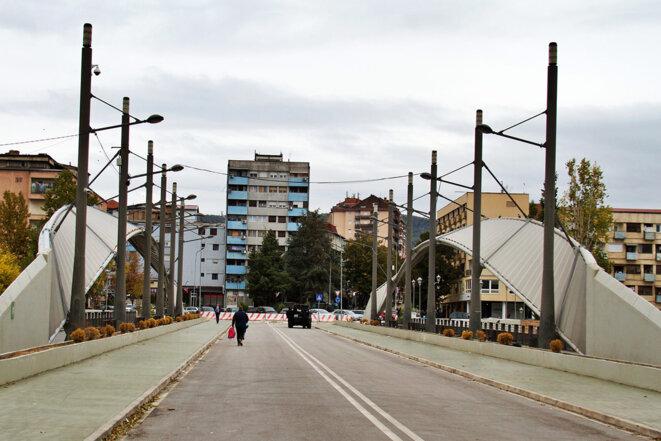 Le pont qui sépare Mitrovica (Kosovo) en deux. © Laurent Geslin
