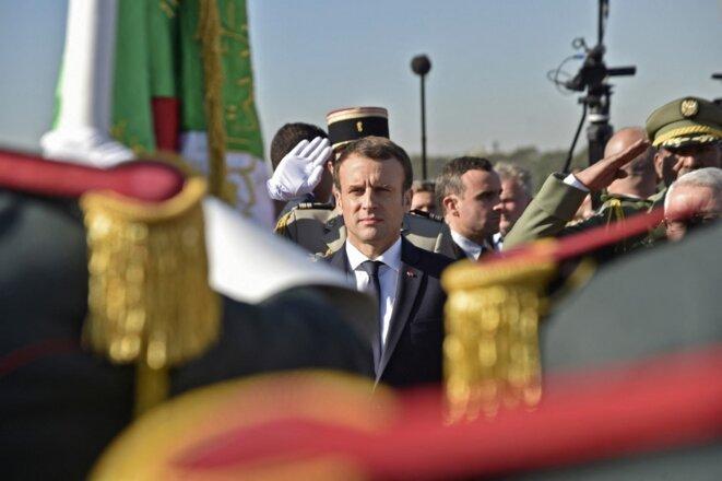 Emmanuel Macron à son arrivée à l'aéroport d'Alger, le 6 décembre 2017. © Photo Ryad Kramdi / AFP