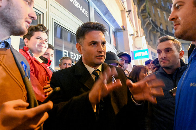 Peter Marki-Zay dans les rues de Budapest, le 17 octobre 2021, après avoir remporté la primaire de l'opposition, en vue des élections de 2022. © Photo Attila Kisbenedek / AFP