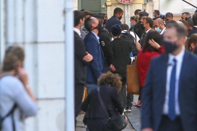 Emmanuel Macron déambule dans les rues de Valence, le 8 juin 2021, après avoir reçu une gifle à Tain-l'Hermitage. © Nicolas Guyonnet / Hans Lucas via AFP