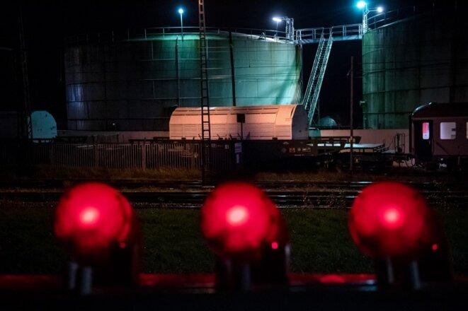 Départ d'un train Castor transportant 6 conteneurs de déchets hautement radioactifs, à Nordenham, en Allemagne, le 3 novembre 2020. © Sina Schuldt/DPA/dpa Picture-Alliance via AFP