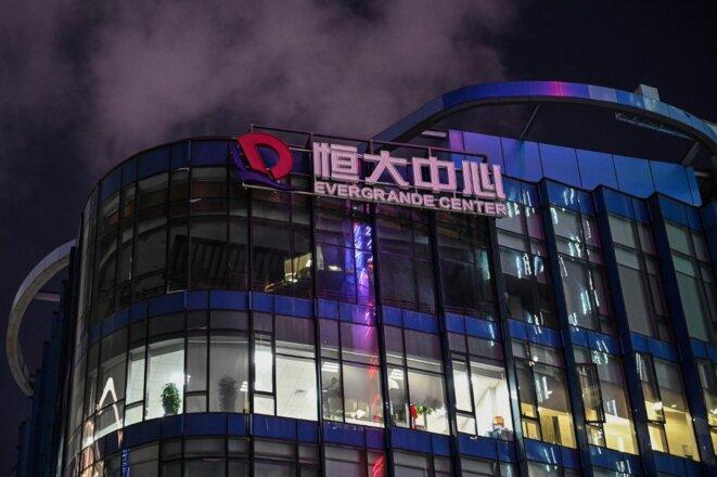 La façade du Evergrande Center de Shanghai, le 9 octobre 2021. © Hector RETAMAL / AFP