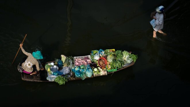 La vie dans Phnom Penh sous les eaux