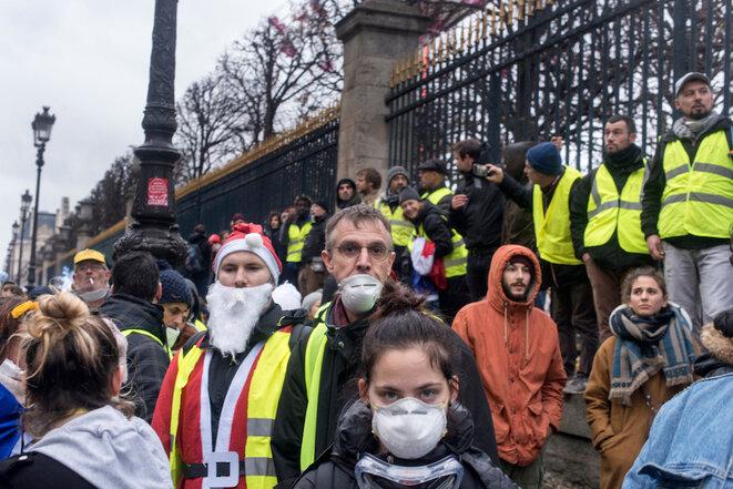 Les Champs-Elysées bloqués, la colère irradie Paris
