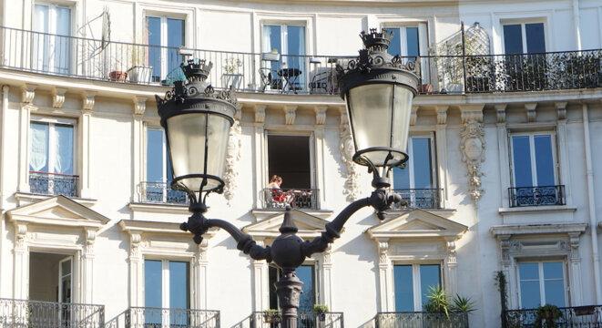 Dehors, aux fenêtres et aux balcons