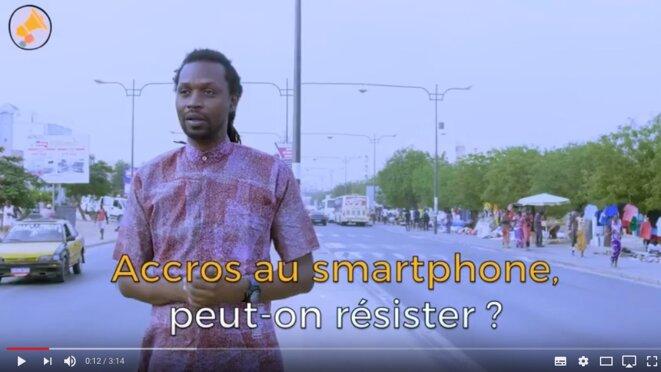 Au Sénégal, tous accros au smartphone