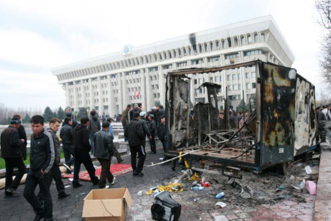 Devant le palais présidentiel, jeudi 8 avril 2010 à Bichkek. © Vladimir Pirogov / Reuters