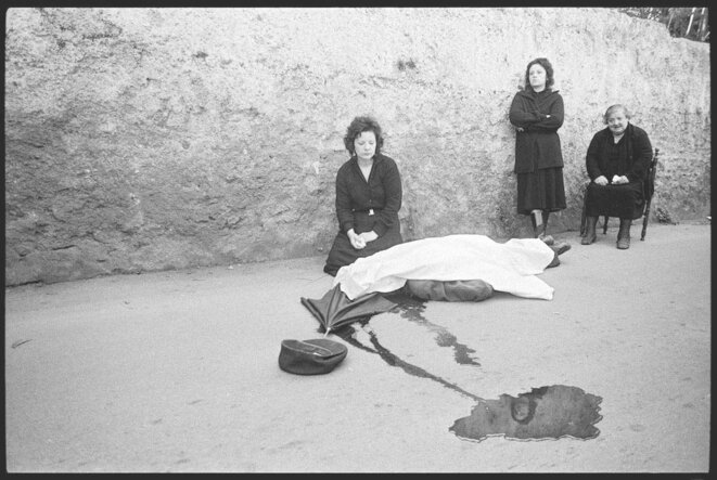 alermo 1983. Benedetto Grado's wife and daughters at the scene of his slaying. © Franco Zecchin