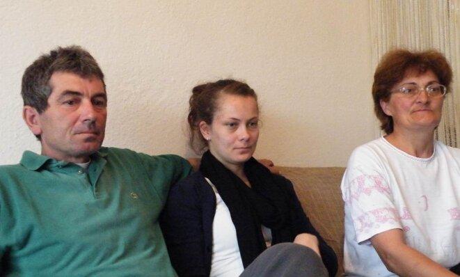 Nataša entourée de ses parents, Jovah et Slada © Maryline Dumas
