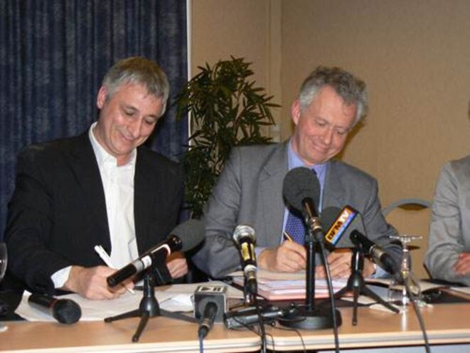 Jacques Fernique (Europe Ecologie) et Jacques Bigot (PS) à la signature de l'accord lundi. © Eve Chalmandrier
