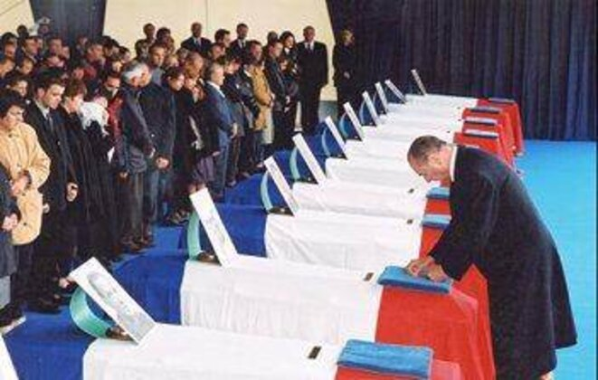 Jacques Chirac before the coffins of the 11 engineers, May 2002. © Elysée Palace