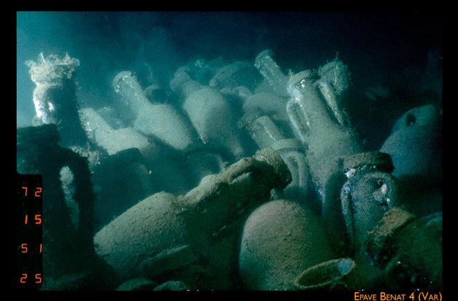 """L'épave """"Benat 4"""" (Var) par 328 mètres, chargée d'amphores Dressel 1A. Mission Ifremer-Drassm 1981 ©"""