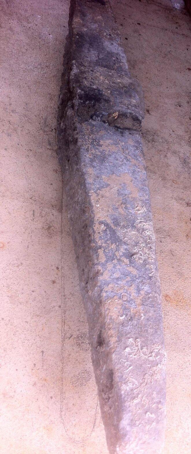 Jas antique sous la table! - campagne de fouilles en Camargue - épave SM22 © P. Polomé