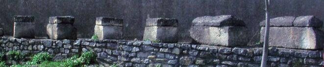 Allée de sarcophages en calcaire © Ville d'Arles
