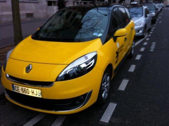 Une voiture exploitée par une société de VTC stationnée irrégulièrement sur une station de taxis à Paris.
