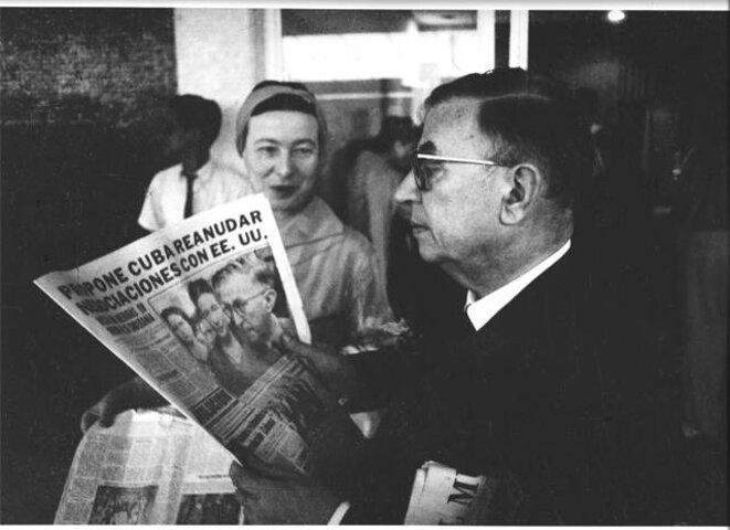 Simone de Beauvoir et Jean-Paul Sartre à l'aéroport avant de partir pour Santiago de Cuba (1960).